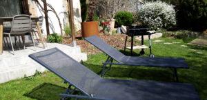 gite Campagne Chic situé vers le jardin où transats et barbecue vous attendent